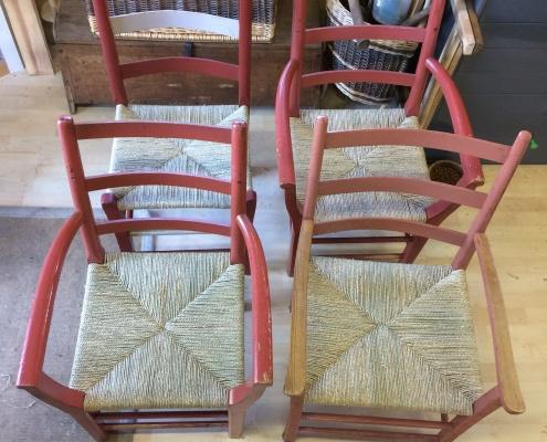 Restaurering av stolseter med rotting flett, papirgarn og sjøgress