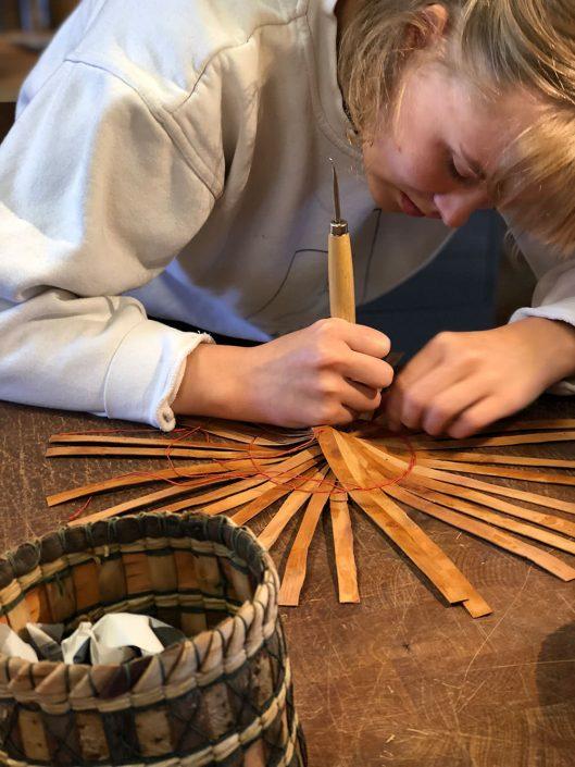 Lær å flette kurver i pil og pilebark hos Silja Levin i Skovstuen pil. Pilfletting of fletting med pilebark er for kreative sjeler i alle aldre.